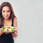 Salada de manga com folhas verdes